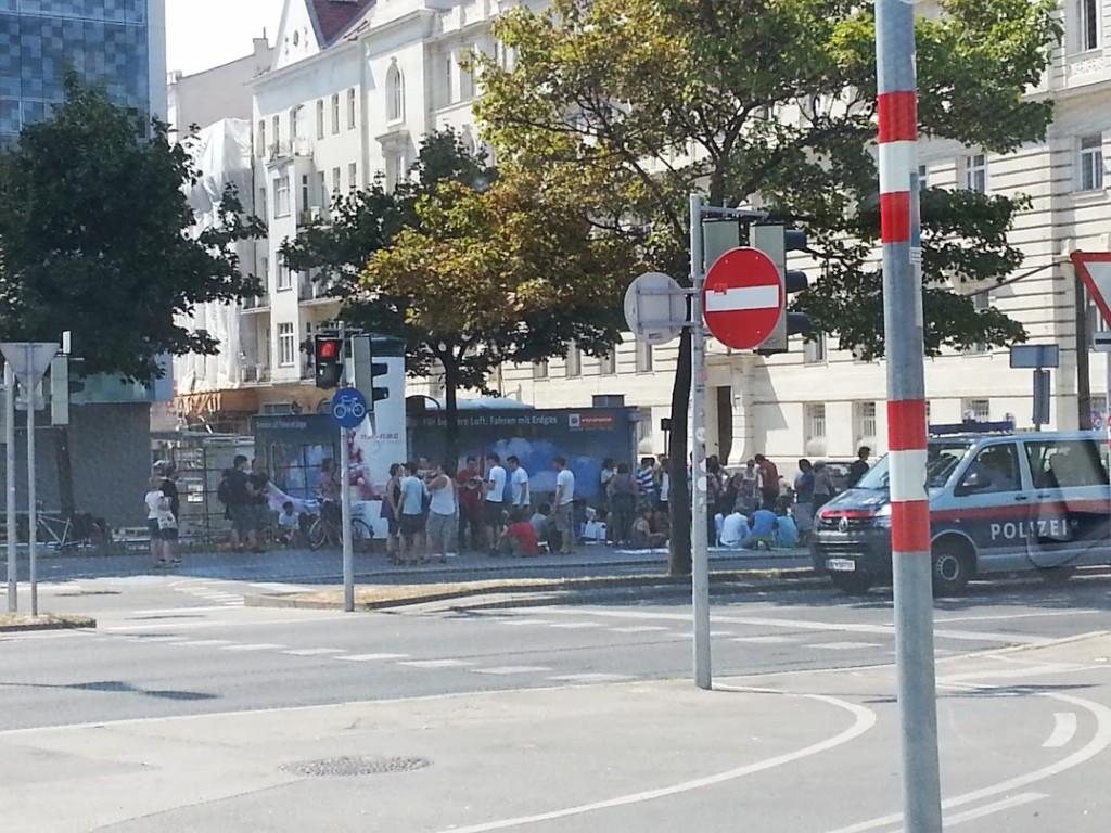 Demo vor Abschiedenzentrum